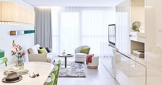 Sitzecke mit Supersassis in der Suite des SIDE Hotels