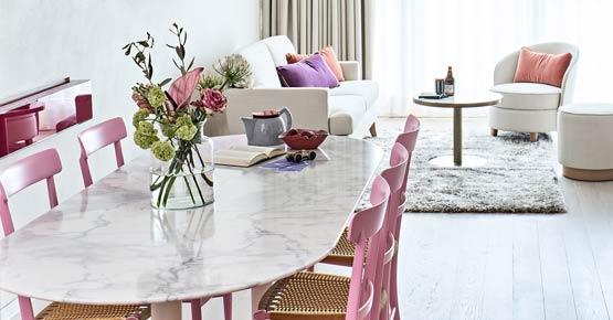 Wohnbereich mit Esstisch der Suite S