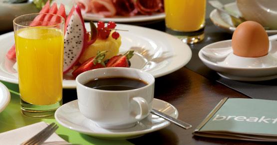 Frühstück mit Kaffee, O-Saft, Ei, Obst ...
