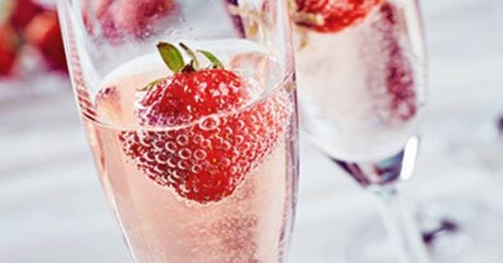 Rosenblütenbad, Champagner und Erdbeeren