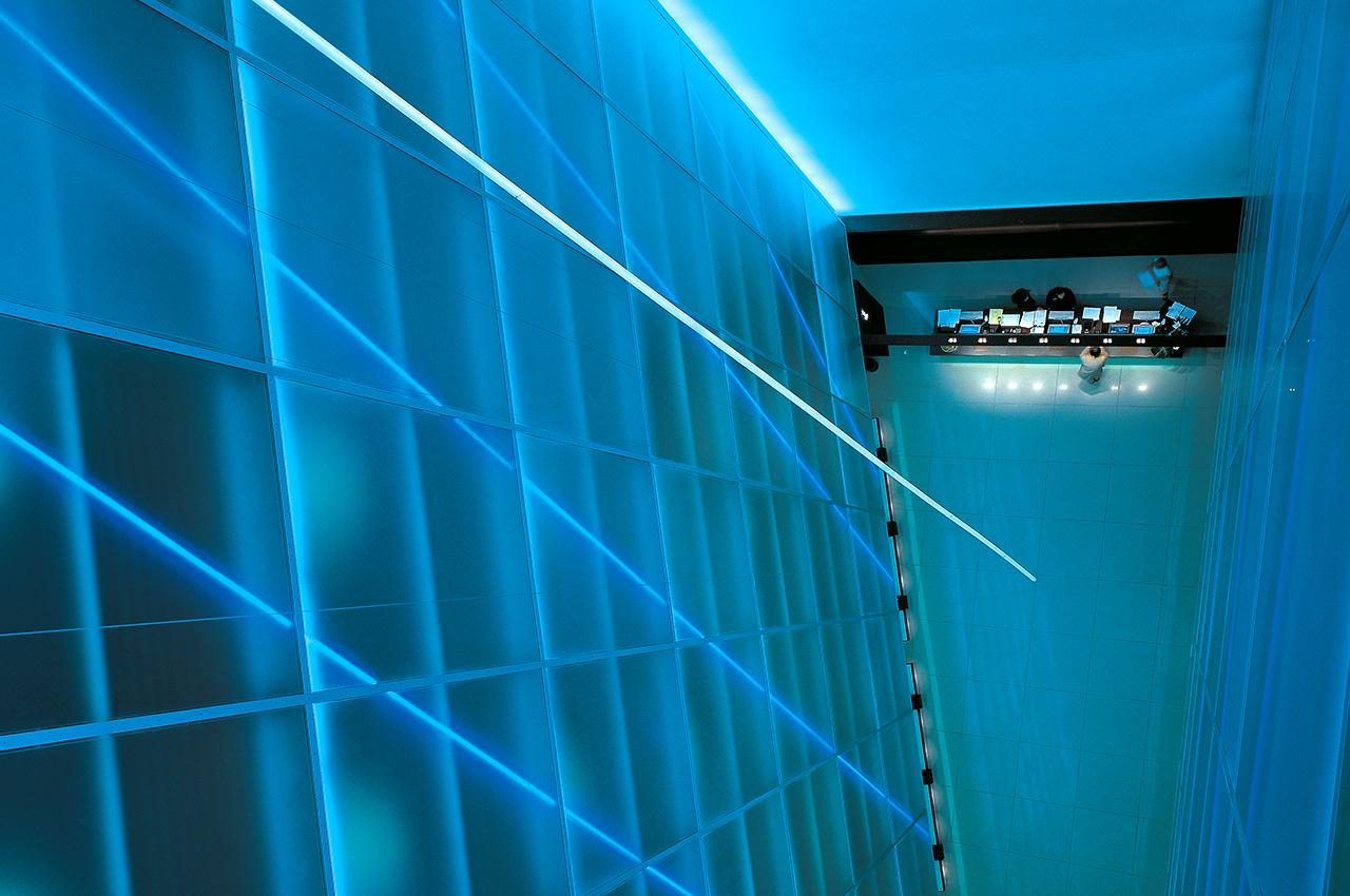 SIDE Hotel – Atrium mit Lichtinstallation von Robert Wilson
