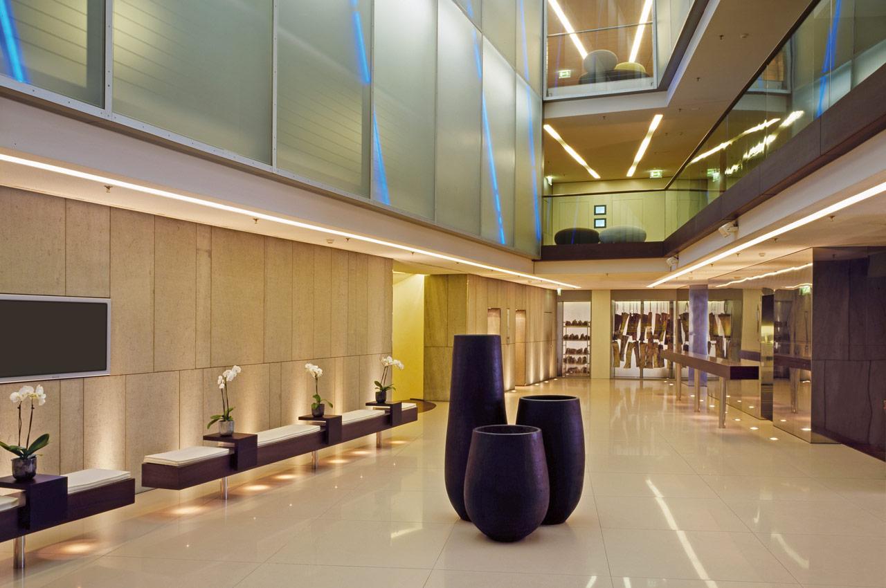 SIDE Hotel – Atrium mit Blick in Richtung meatery bar + restaurant