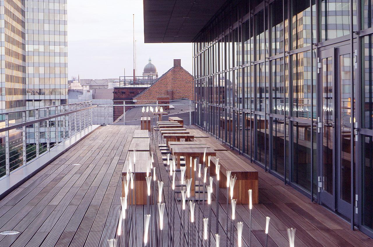 SIDE Hotel – Dachterrasse mit Blick über die Dächer Hamburgs