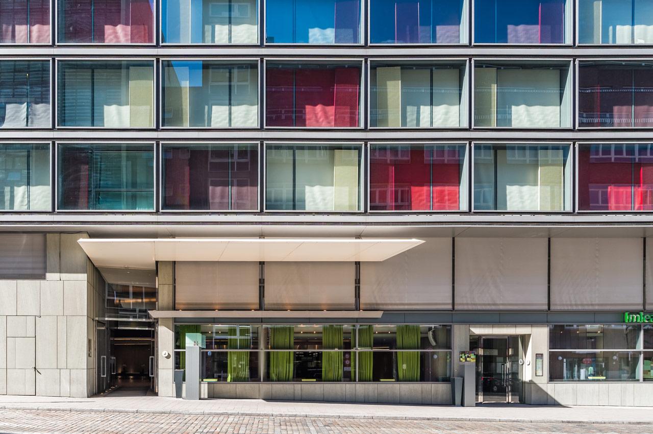 SIDE Hotel – Fassade mit Eingängen in das Hotel und die meatery