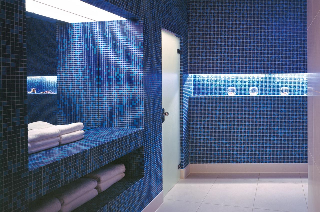 SIDE Hotel – Vorraum mit blauen Mosaikfliesen im SPA
