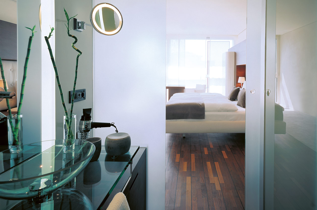 SIDE Hotel – Bad des Business Zimmer mit Blick in den Schlafbereich