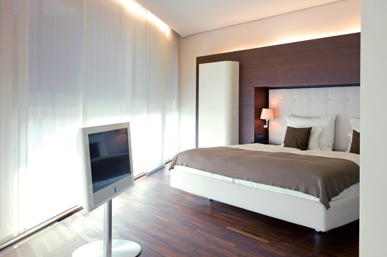 SIDE Hotel – Executive Zimmer mit King Size Bett und Loewe TV