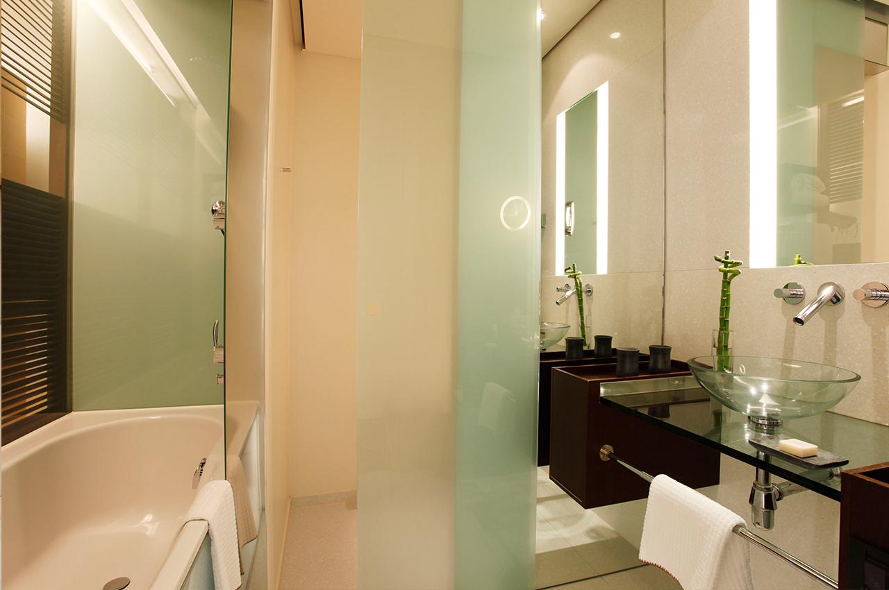 SIDE Hotel – Bad Executive Zimmer mit Badewanne
