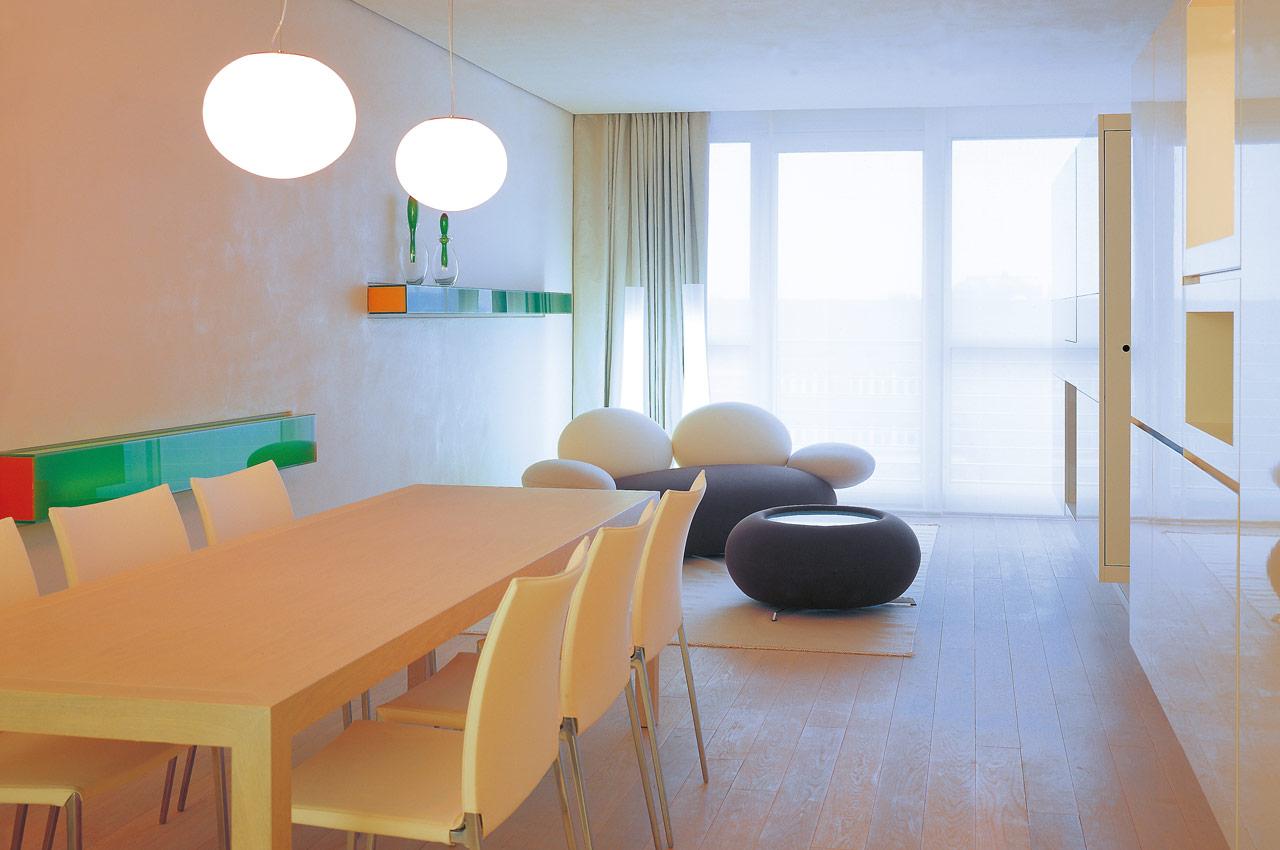 SIDE Hotel – Esstisch im Wohnbereich der Suite XXL