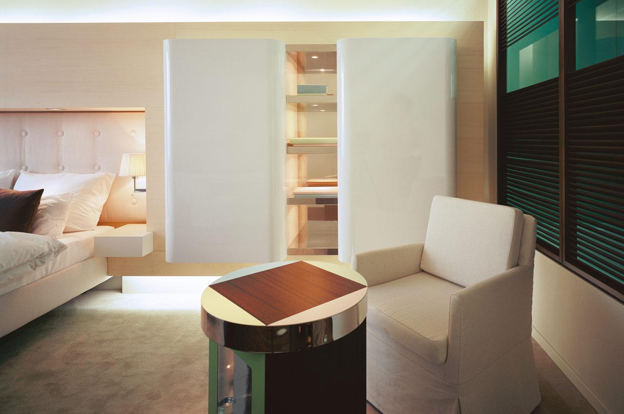 SIDE Hotel – Superior Zimmer Sessel mit Tisch