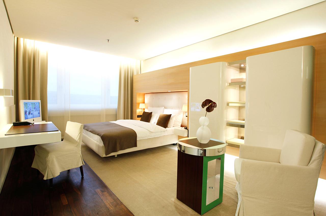 SIDE Hotel – Superior Zimmer mit Queen Size Bett