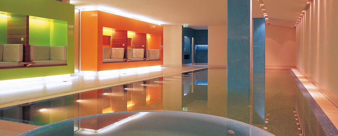 Pool mit Jacuzzi im SPA- und Wellnessbereich