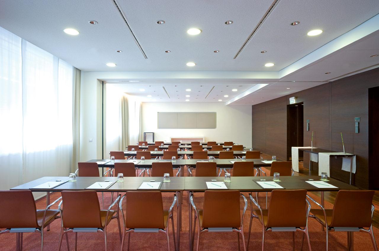 SIDE Hotel – Tagungsraum L mit Parlament-Bestuhlung