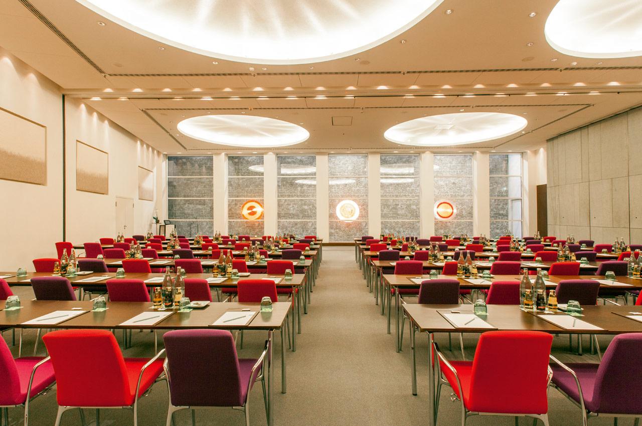 SIDE Hotel – Tagungsraum XXL mit Parlament-Bestuhlung