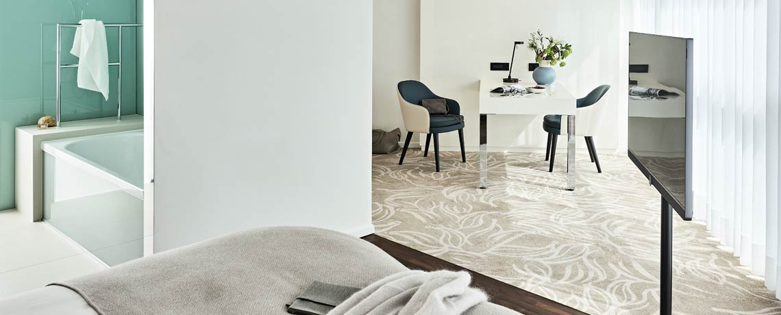 Das 2 m breite Bett und die Regendusche bieten dem Gast im Executive Zimmer besonderen Komfort