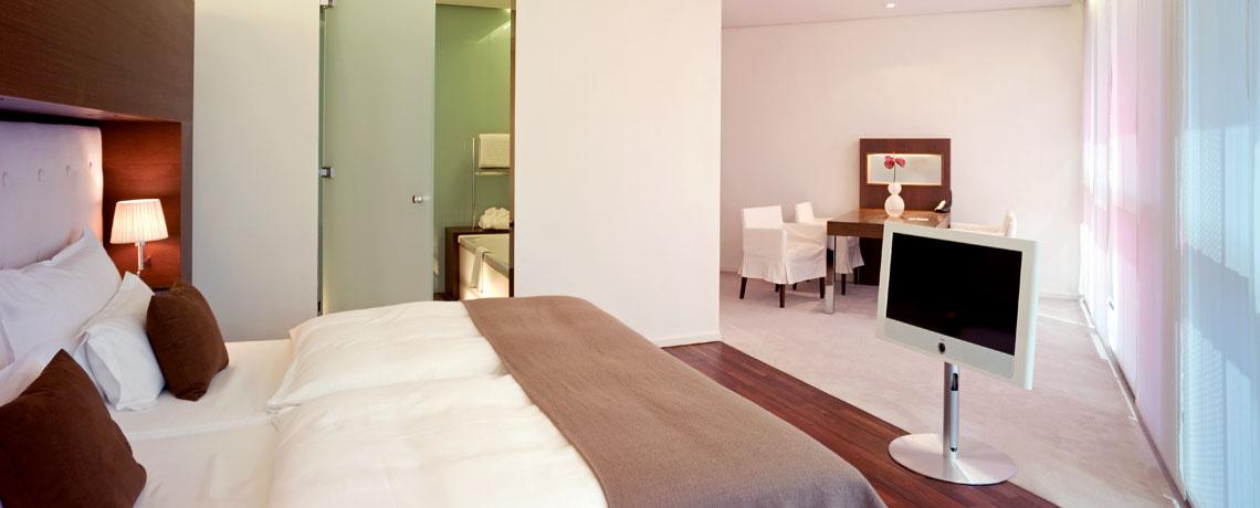 Executive Zimmer mit King Size Bett und Esstisch