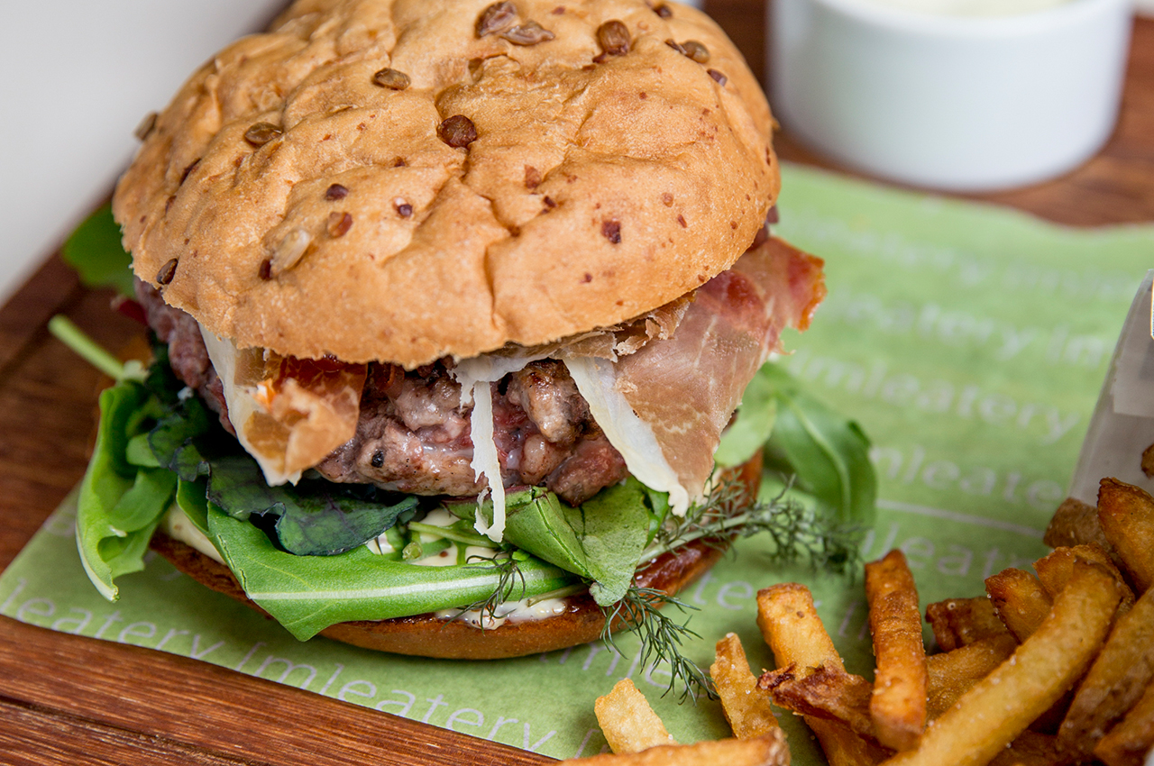 meatery bar + restaurant – Burger mit Pommes Frites