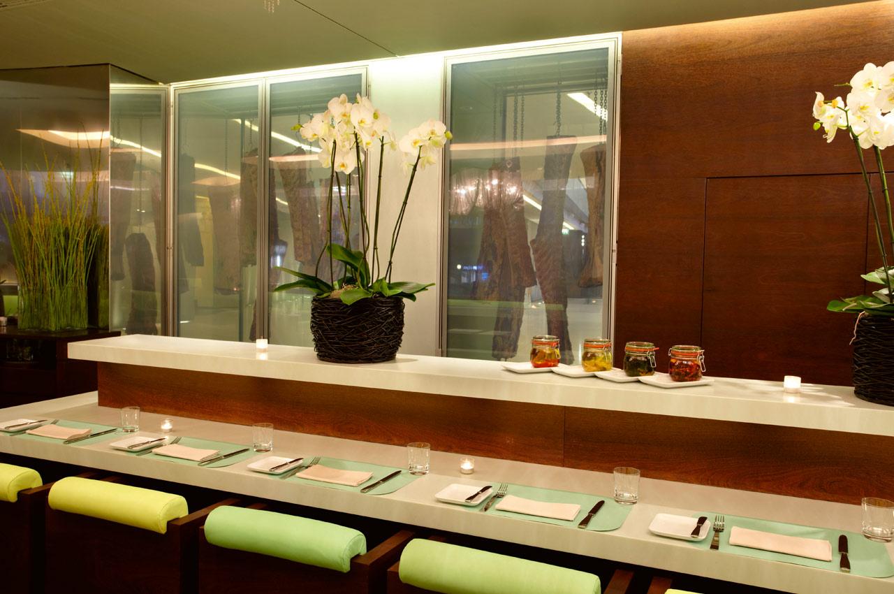 meatery bar + restaurant – Blick auf die gläserne Dry Aging Box